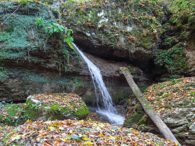 Тот же водопад в ноябре.