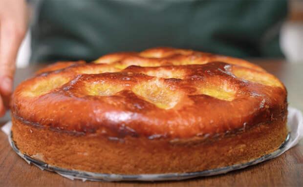 Замешиваем тесто не руками, а ложкой: пирог получился воздушным как воздух