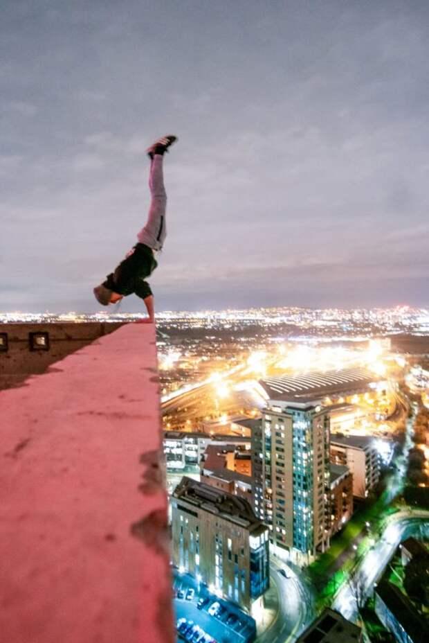 Без страха и рассудка: парень фотографируется на высоте 230 метров без страховки