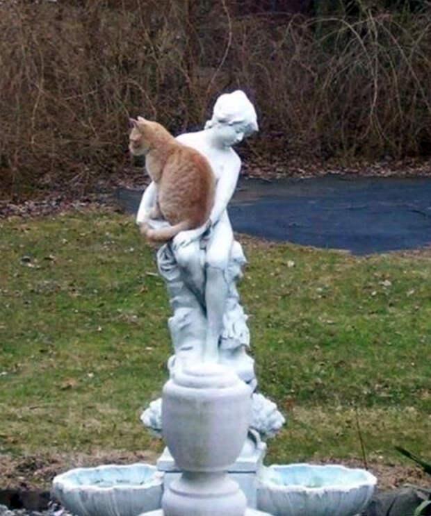 В объятиях статуи.