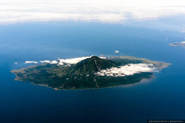 Японский Остров Рисири — по сути, это полностью утонувший конус вулкана.