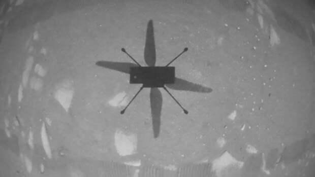 Вертолет Ingenuity прислал фото своей тени на Марсе