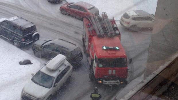 Припаркованные у дома авто помешали пожарным вовремя потушить квартиру