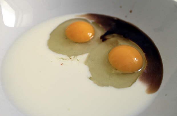 Вымачиваем хлеб в смеси молока и яиц, и жарим сочные гренки с корочкой