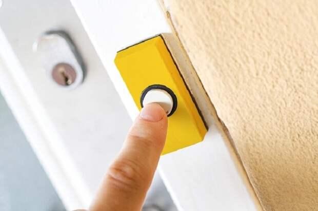 Желтый дверной замок станет изюминкой лестничной площадки. / Фото: odomah.org