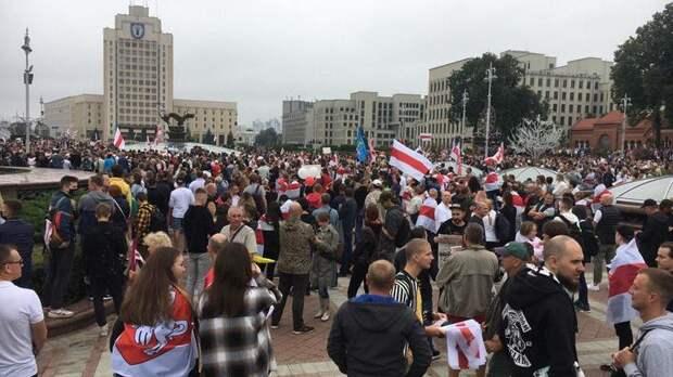 Тысячи протестующих на площади в Минске - лозунги против советских хитов. Прямая трансляция