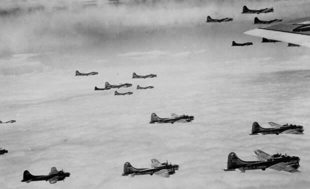 Бомбардировщики летят в построении Combat Box («Боевая коробка») Выберите изображения
