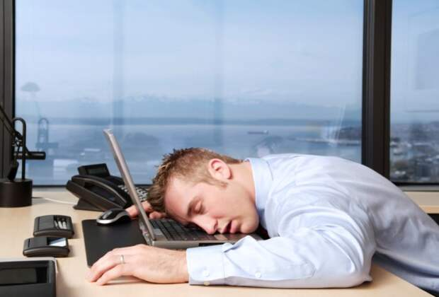 После плотного обеда на работе так и клонит в сон