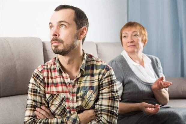 В хорошие времена подарил матери квартиру для сдачи. Начались трудности, сын просит квартиру продать, но мать отказывается