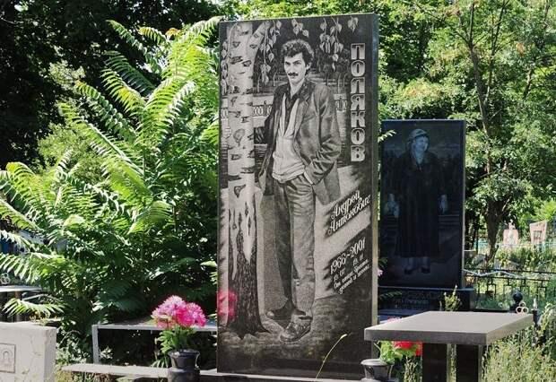 Памятник с березами. | Фото: amusingplanet.com.