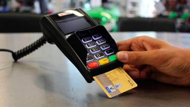 Каждый десятый подросток раскрывал данные банковской карты незнакомцам