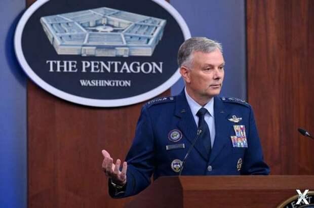Генерал Глен Д. Ван Херк выступает на...