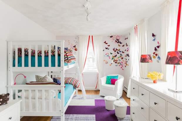 Детская комната в стиле модерн с яркими декором из разноцветных бабочек