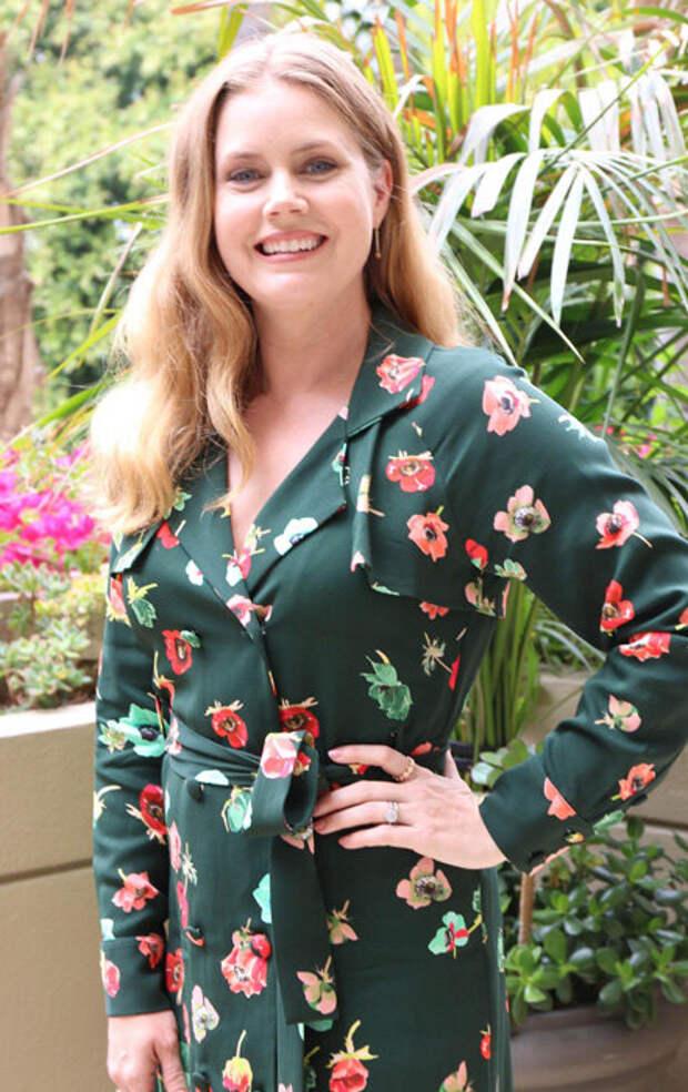 Опасности платья в цветочек: разбираем на примере Эми Адамс