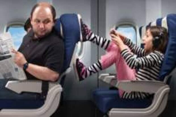 В какой момент следует откидывать спинку кресла в самолёте