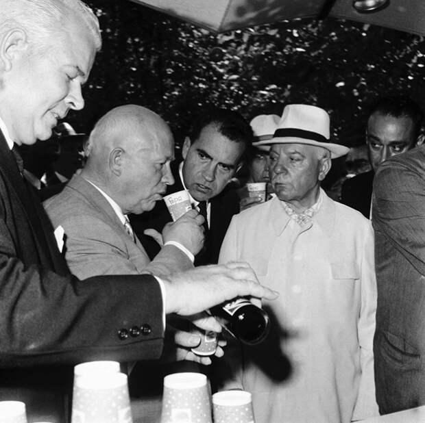 Никита Хрущёв делает глоток Pepsi в 1959 году на Национальной выставке США в Москве, в то время как вице-президент США Ричард Никсон наблюдает, а Дональд Кендалл наливает ещё один стакан.