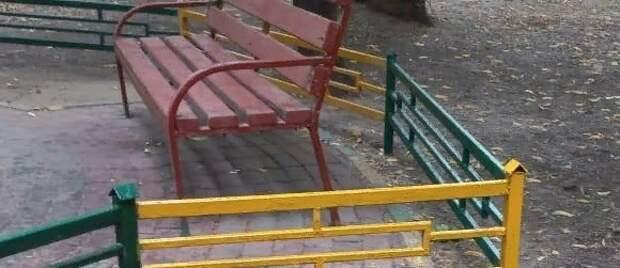 Скамейки и ограду перекрасили во дворе дома на Волочаевской