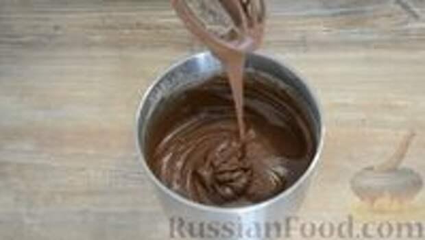 Фото приготовления рецепта: Шоколадный пирог-ватрушка с творожной начинкой - шаг №4