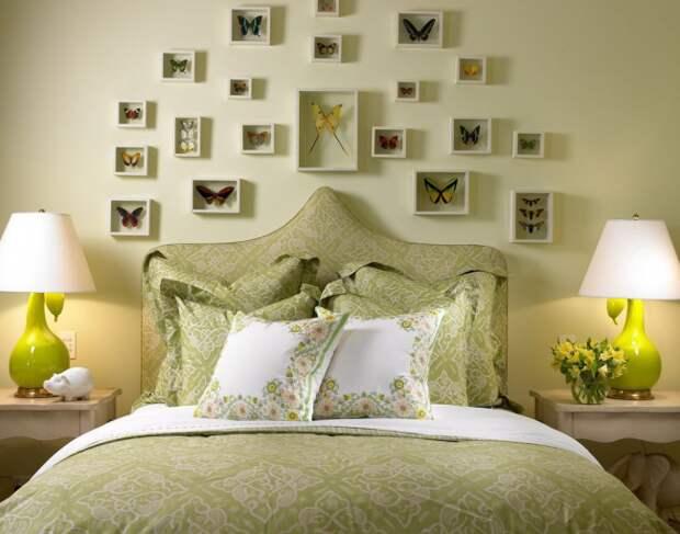 Коллаж на стене из коллекции бабочек в рамках