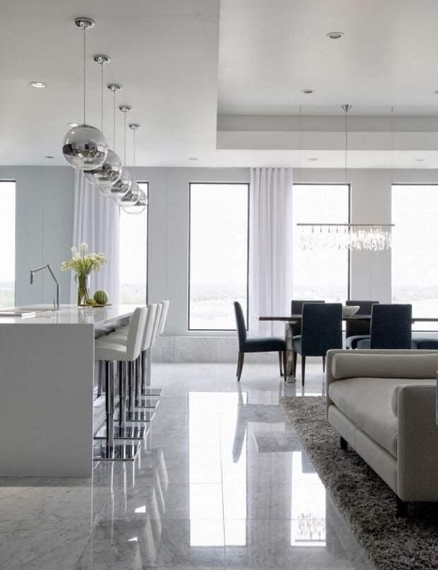 Симпатичное объединение гостиной и столовой, которые выполнены в белом цвете, что освежает интерьер.