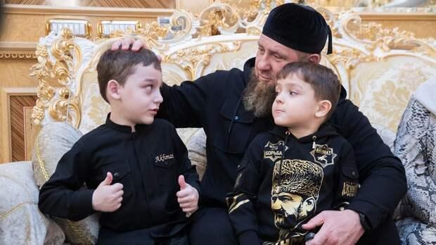 «Делайте ставки, я вам покажу». Сын Кадырова после скандальной победы готов повторно боксировать с оппонентом