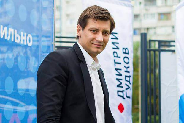 Дмитрий Гудков заявил, что его после обысков увезли на допрос