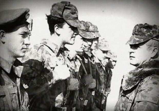 Справа полковник Квачков. Бойцы 15-й бригады специального назначения ГРУ. Скриншот видео MEXAHIZM