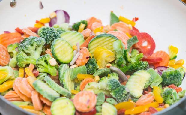 Готовим пакет замороженных овощей. Сразу в воду бросать не стоит: если разморозить, будет сочнее