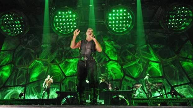 Поет и хулиганит: эпатажные выходки солиста Rammstein в России