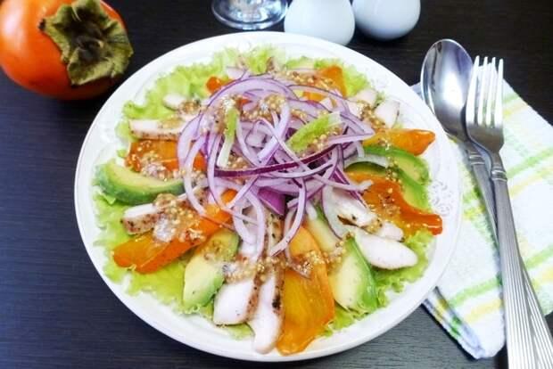 Фото к рецепту: Салат с хурмой и авокадо