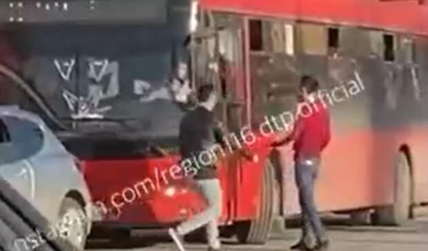ВКазани мужчины на легковушке напали на водителя автобуса