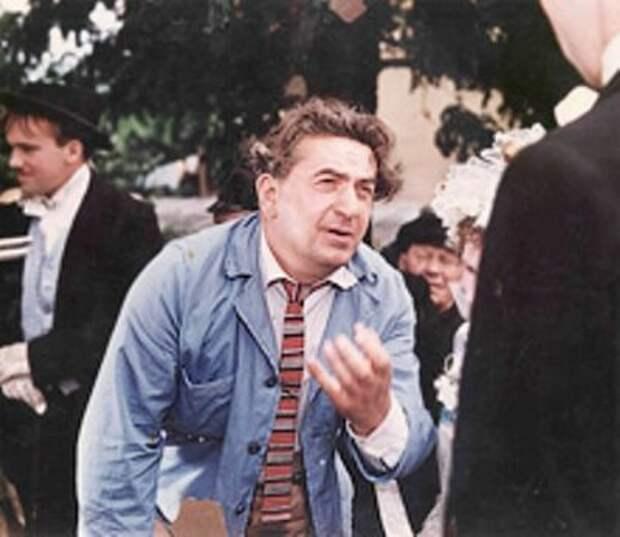 "Режиссер Виктор Иванов на съёмках фильма ""За двумя зайцами"""