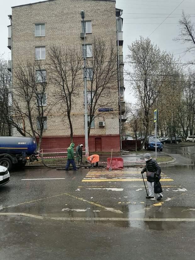 На Академика Комарова ремонтировали асфальт