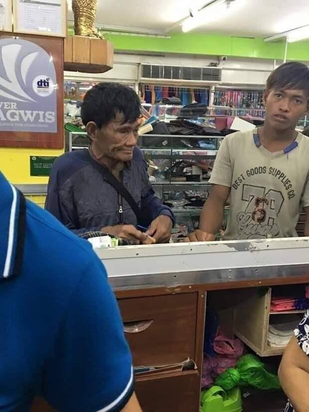 Мужчина решил купить сыну обувь и умудрился растрогать всех