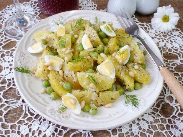 Картофельный салат с кедровыми орешками и сырной заправкой