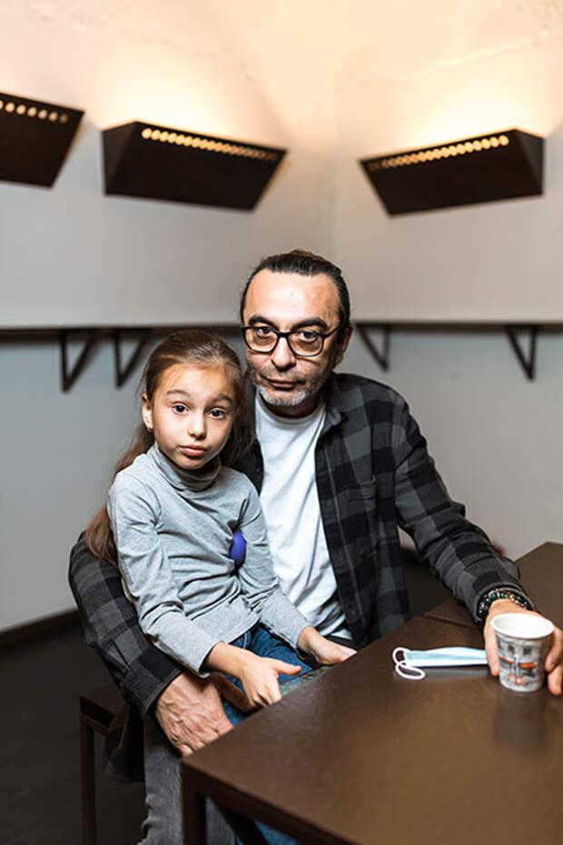Дмитрий Певцов и Ольга Дроздова с детьми, Джаник Файзиев с дочерью и другие гости благотворительного спектакля