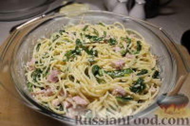 Фото приготовления рецепта: Запеканка из спагетти, со шпинатом и ветчиной - шаг №14