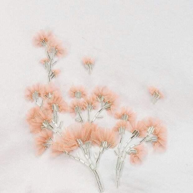Цветы из ткани в работах дизайнеров и мастеров вышивки, фото № 10