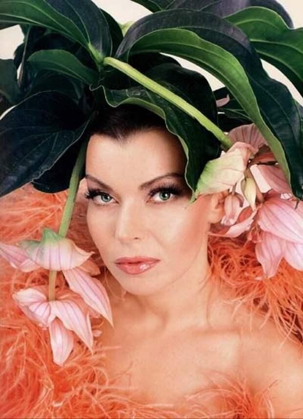 Популярная в 90-ых певица Лада Денс во всей своей красе.