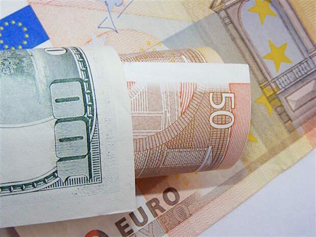 Рубль в ходе торгов выигрывает у доллара, но уступает евро
