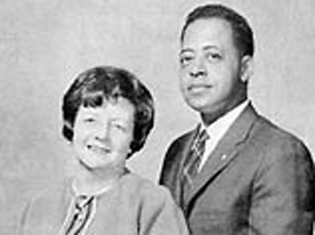 Хилл утверждала, что ее с мужем Барни 19 сентября 1961 года похитили пришельцы на пути домой из Канады. Вернувшись домой, она была очень удивлена, увидев, что их часы остановились, одежда и обувь истрепались, а два часа дороги полностью пропали из памяти
