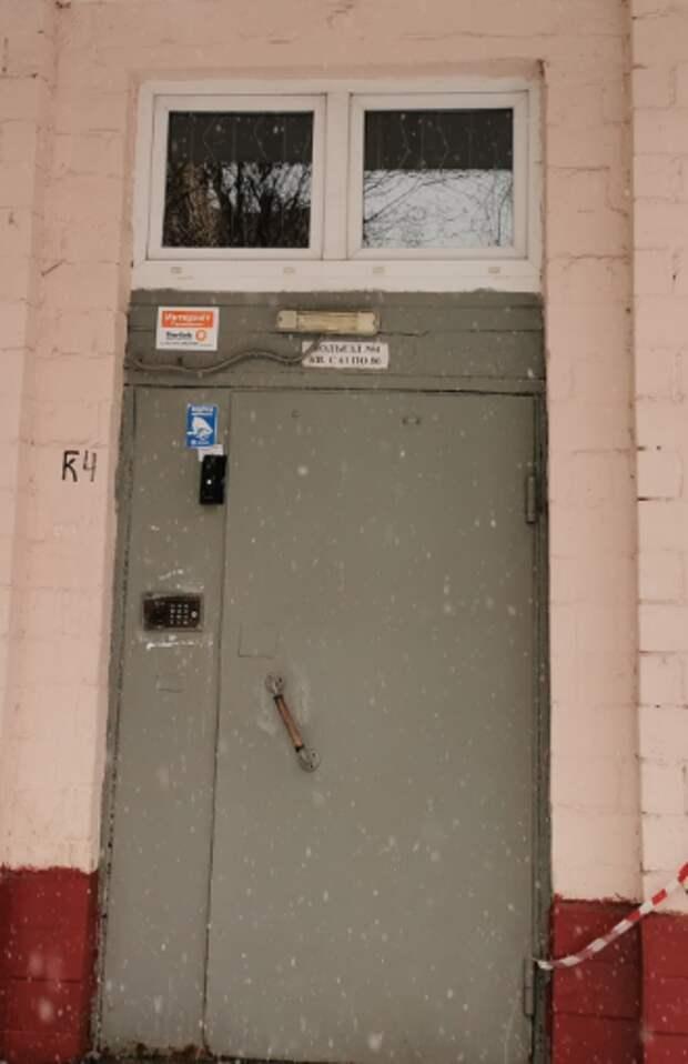 Коммунальщики починили входную дверь в доме на Софьи Ковалевской