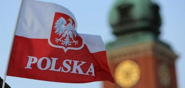 Даже спустя неделю инцидент с российским флагом не дает покоя полякам