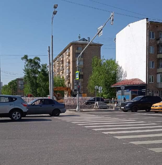 На пересечении улицы Демьяна Бедного и проспекта Маршала Жукова установили светофор