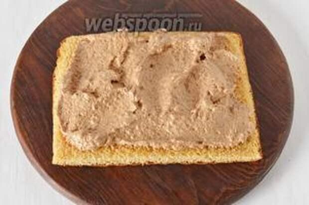 Каждый корж (размер 20х30 см) разрезать на 2 (каждый размером 20х15 см). Прослоить образованные коржи кремом, используя для этого 3 части крема.