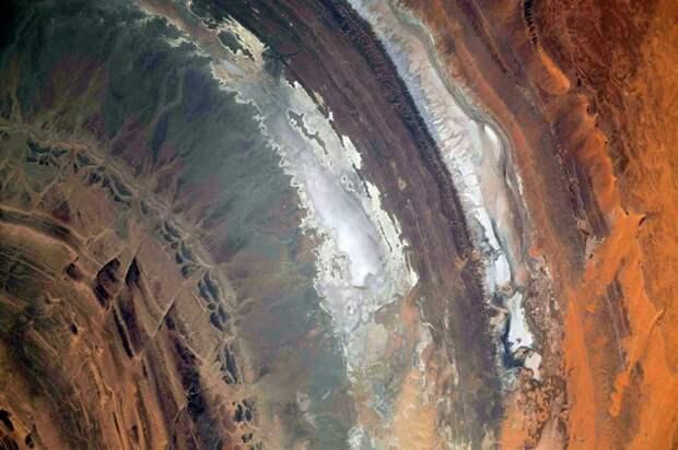Гальб-Эр-Ришат в Сахаре, вид с борта МКС. Нынешняя орбитальная станция хорошо видит в основном низкоширотные зоны Земли, высокоширотные не видит вовсе. По планам российская орбитальная станция  будет летать по иной орбите и сможет лучше наблюдать наши широты / ©Wikimedia Common