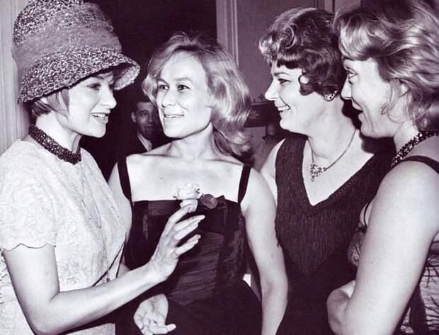 Майя Булгакова с зарубежными актрисами, 1961   Фото: vokrug.tv
