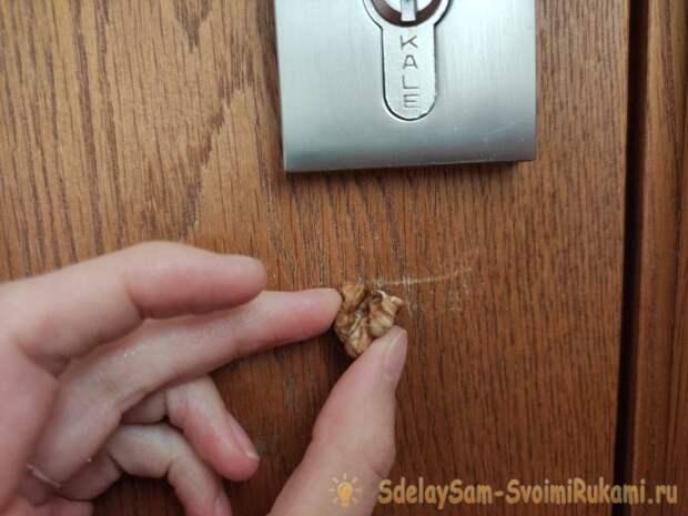 Как с помощью грецкого ореха убрать царапины с мебели
