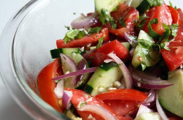 Аппетитный салат из помидоров с медовым луком