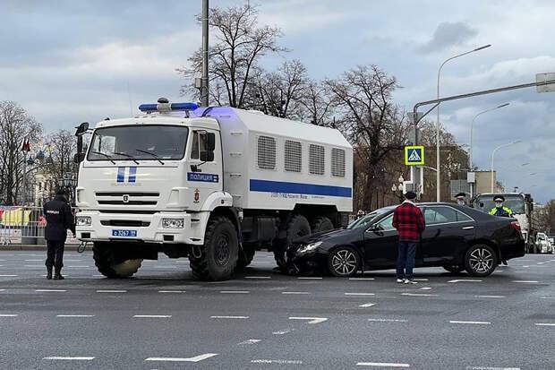 Легковушка и автозак столкнулись в центре Москвы